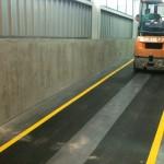 Podjazd dla wózków widłowych - mata antypoślizgowa, oznakowanie toru jazdy