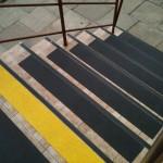 SM Bieńczyce 2 - maty antypoślizgowe na schodach, oznakowanie