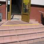 Urząd Gminy Gdów 2 - pasy natypoślizgowe - oznakowanie schodów