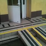 Zarząd Infrastruktury Kraków-Balice 4 - oznakowanie, zabezpieczenie antyposlizgowe schodów